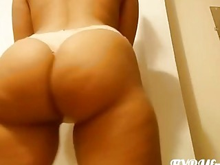 Sexy amateur Latina twerks her big ass