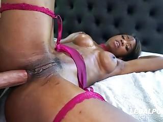 Hot Ebony babe enjoys a good anal